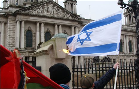 israeli-flag-burn-city-hall-belfast